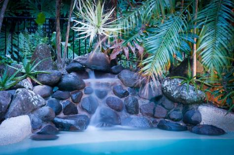 Pool waterfall - Alaya Escape