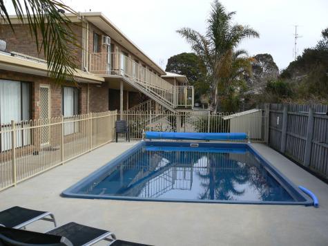 solar heated swimming pool - Allambi Holiday Apartments