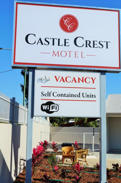 Main Sign - Castle Crest Motel